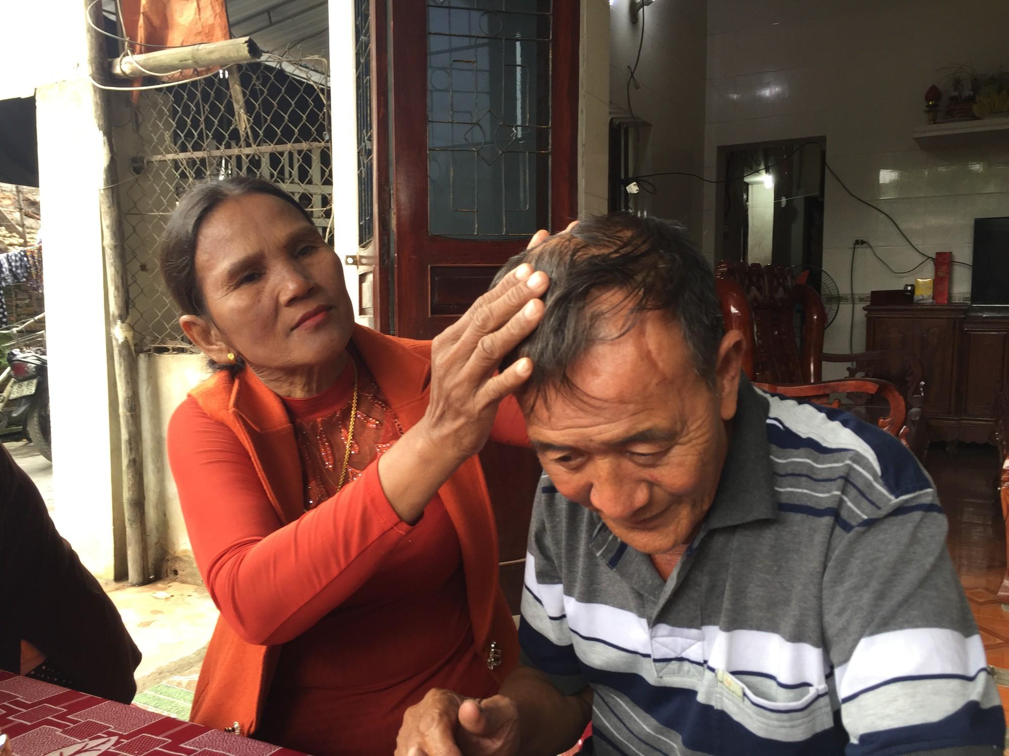 Bố mẹ ôm chầm lấy con trai khóc nức nở sau 40 năm bặt vô âm tín-4