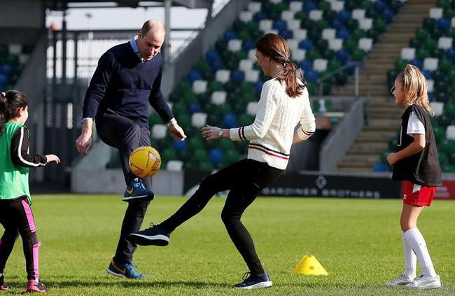 Công nương Kate gây bất ngờ khi trổ tài đá bóng điêu luyện, kết hợp ăn ý với chồng trong chuyến công du khiến người dùng mạng phát sốt-2