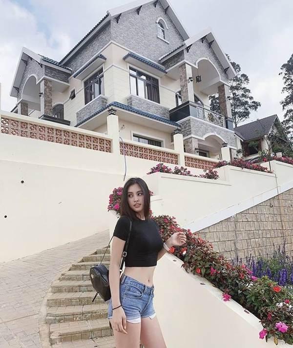 Hoa hậu Tiểu Vy khoe eo thon, dáng nuột khiến fan không ngừng xuýt xoa-2