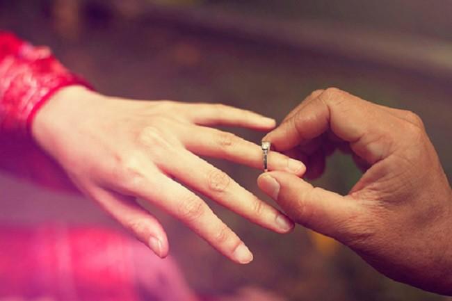 Sáng nay, cầm chiếc nhẫn cưới người yêu đưa cho, tôi buồn rầu và uất ức đến mức muốn bật khóc-2