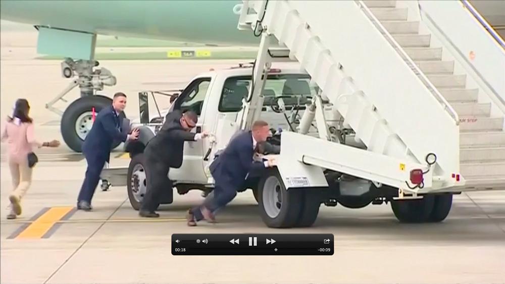 Vì sao đặc vụ Mỹ tự đẩy xe thang khỏi máy bay của ông Trump?-1