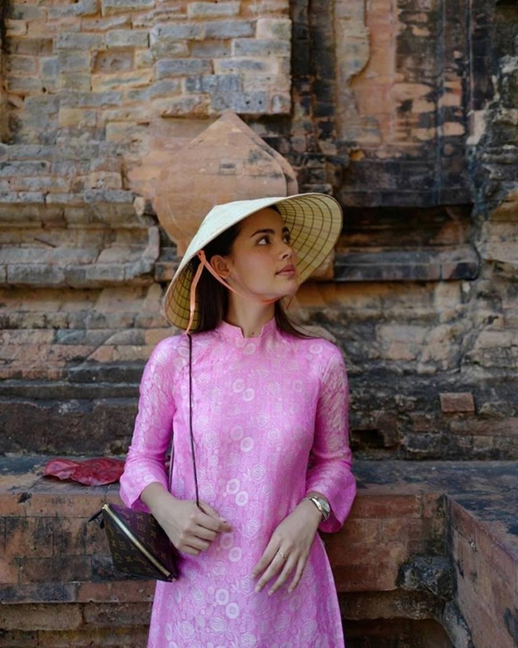 Mê mẩn trước nhan sắc ngọc nữ xứ Chùa Vàng diện áo dài vừa du lịch ở Việt Nam-1