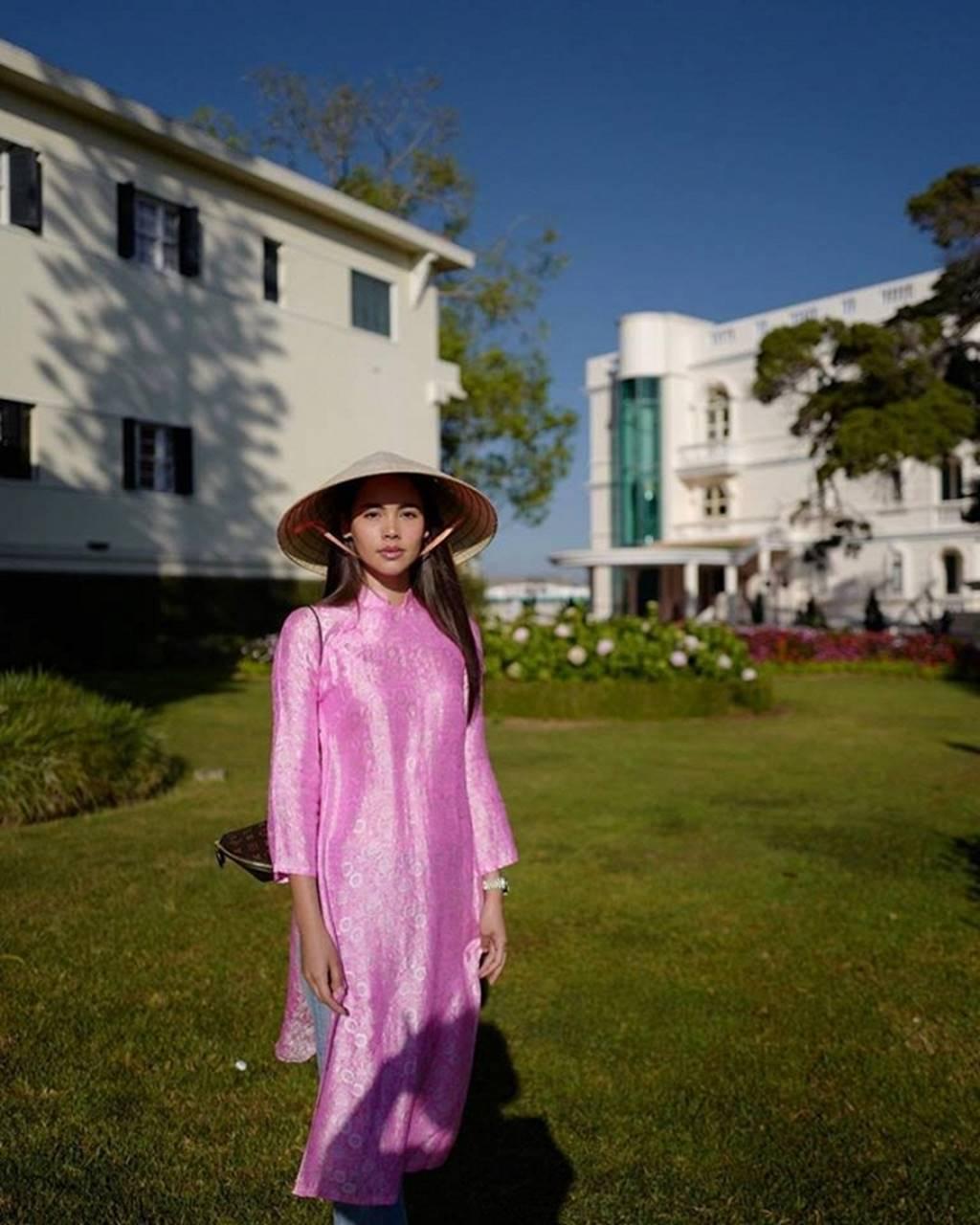 Mê mẩn trước nhan sắc ngọc nữ xứ Chùa Vàng diện áo dài vừa du lịch ở Việt Nam-2