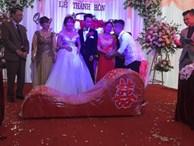 Tặng bạn 'ghế tình yêu' trong ngày cưới, anh chàng khiến người nhìn lắc đầu: 'Đúng người nhưng sai thời điểm rồi'
