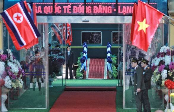 Ông Kim Jong-un vẫy chào người dân, lên tàu về nước-34