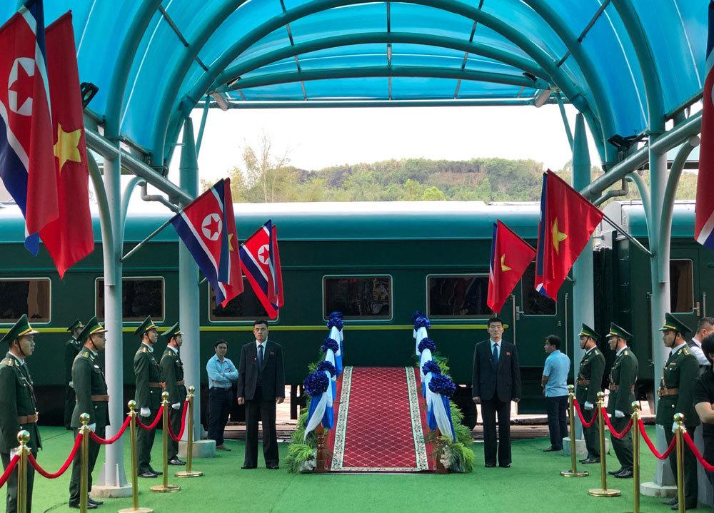 Ông Kim Jong-un vẫy chào người dân, lên tàu về nước-19