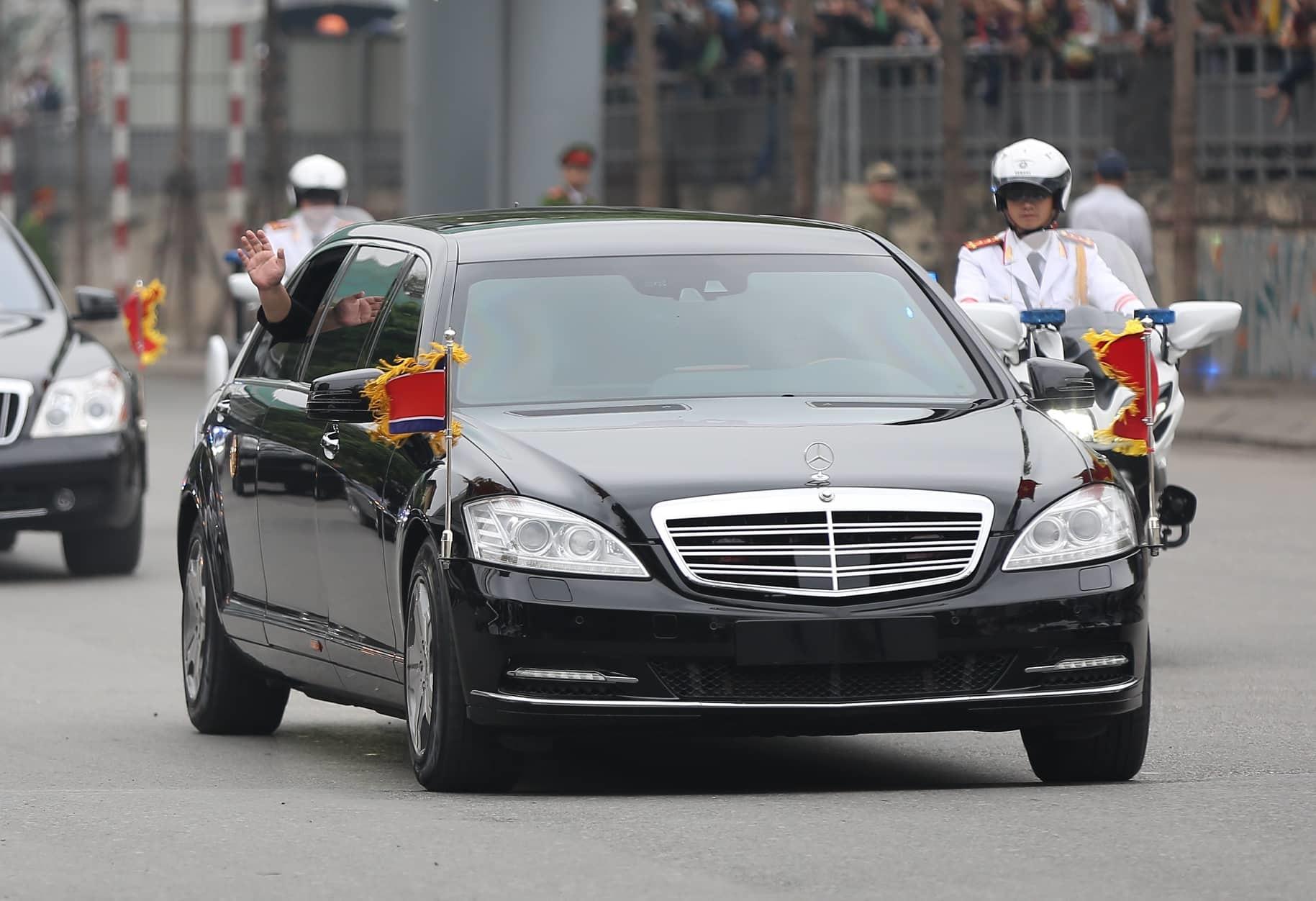Ông Kim Jong-un vẫy chào người dân, lên tàu về nước-26