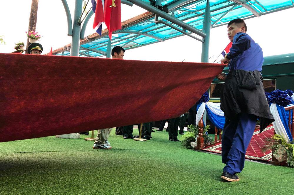 Ông Kim Jong-un vẫy chào người dân, lên tàu về nước-21