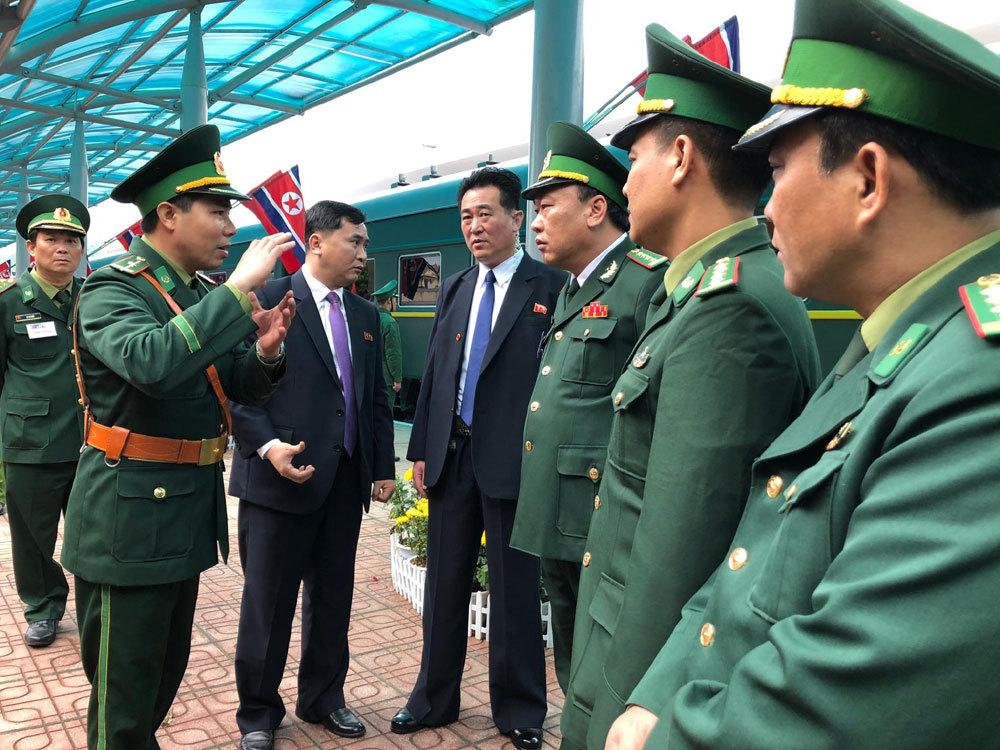 Ông Kim Jong-un vẫy chào người dân, lên tàu về nước-22