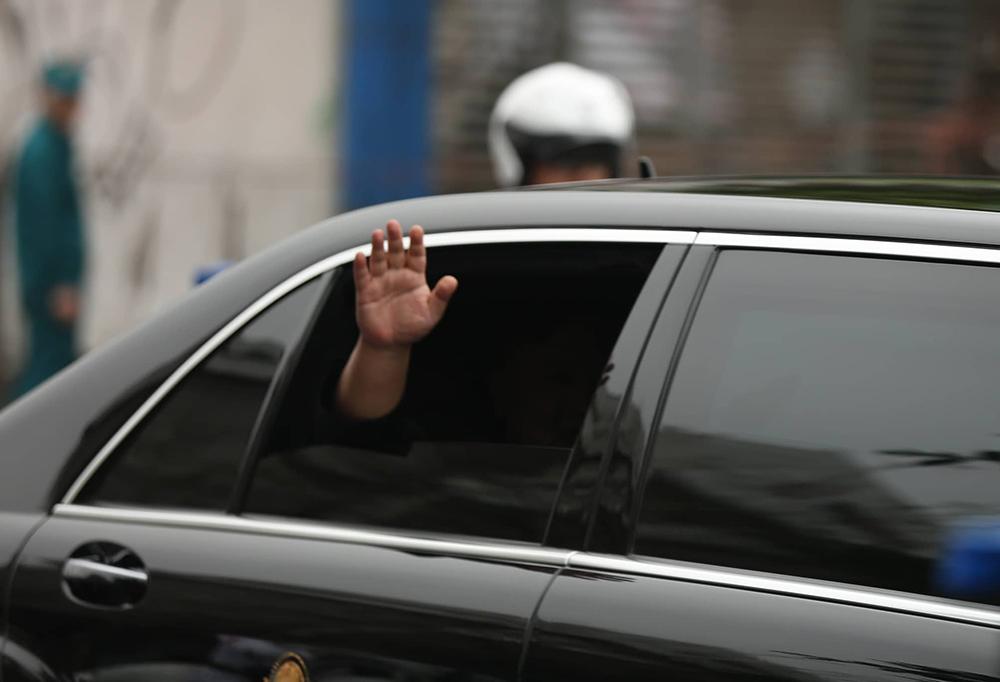 Ông Kim Jong-un vẫy chào người dân, lên tàu về nước-27