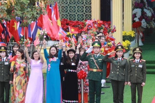 Ông Kim Jong-un vẫy chào người dân, lên tàu về nước-24