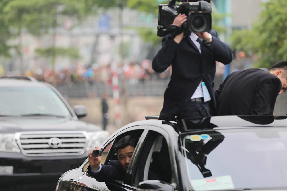 Ông Kim Jong-un vẫy chào người dân, lên tàu về nước-28