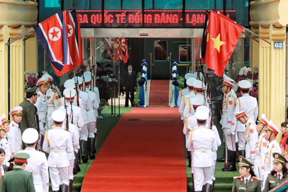 Ông Kim Jong-un vẫy chào người dân, lên tàu về nước-16