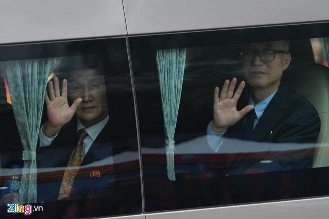 Ông Kim Jong-un vẫy chào người dân, lên tàu về nước-15