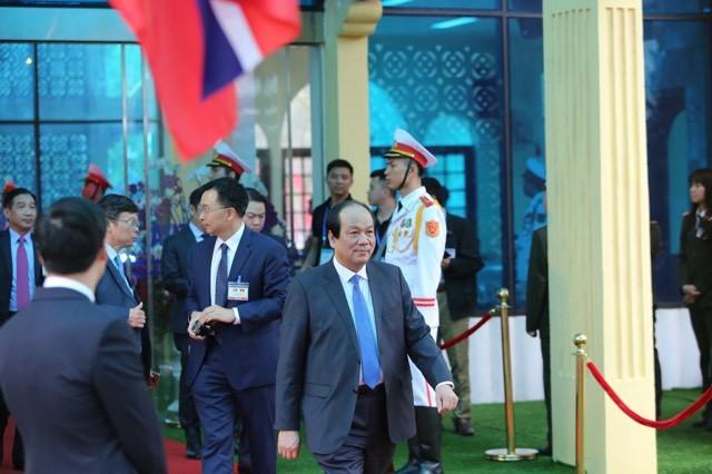 Ông Kim Jong-un vẫy chào người dân, lên tàu về nước-14
