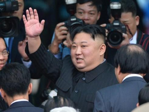 Ông Kim Jong-un vẫy chào người dân, lên tàu về nước