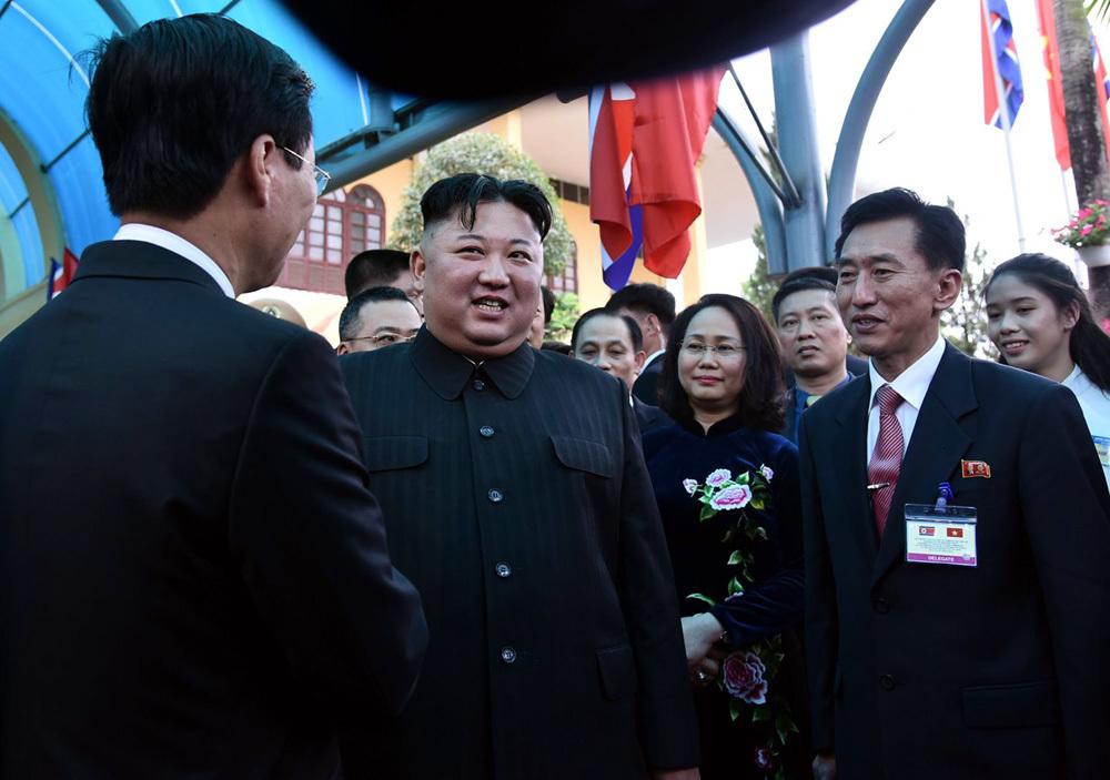 Ông Kim Jong-un vẫy chào người dân, lên tàu về nước-5