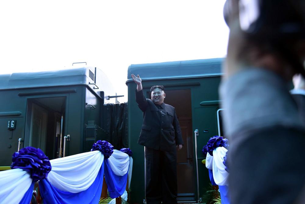 Ông Kim Jong-un vẫy chào người dân, lên tàu về nước-7