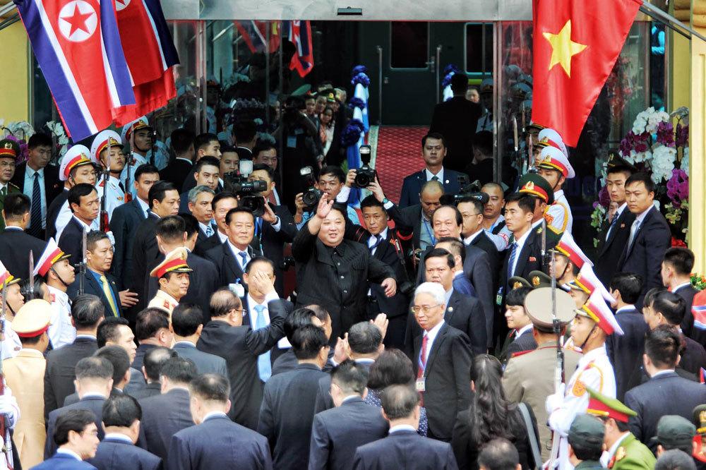 Ông Kim Jong-un vẫy chào người dân, lên tàu về nước-6