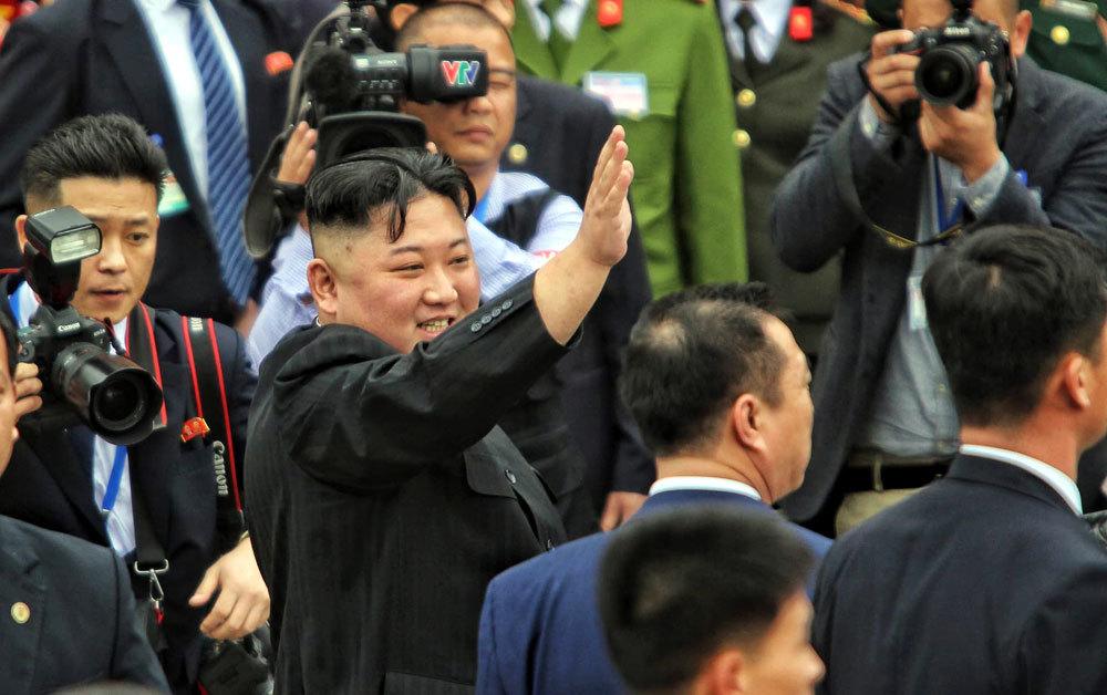 Ông Kim Jong-un vẫy chào người dân, lên tàu về nước-4