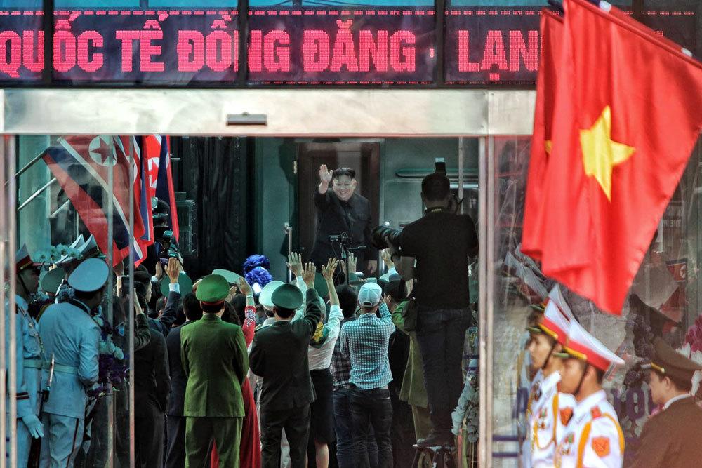 Ông Kim Jong-un vẫy chào người dân, lên tàu về nước-8