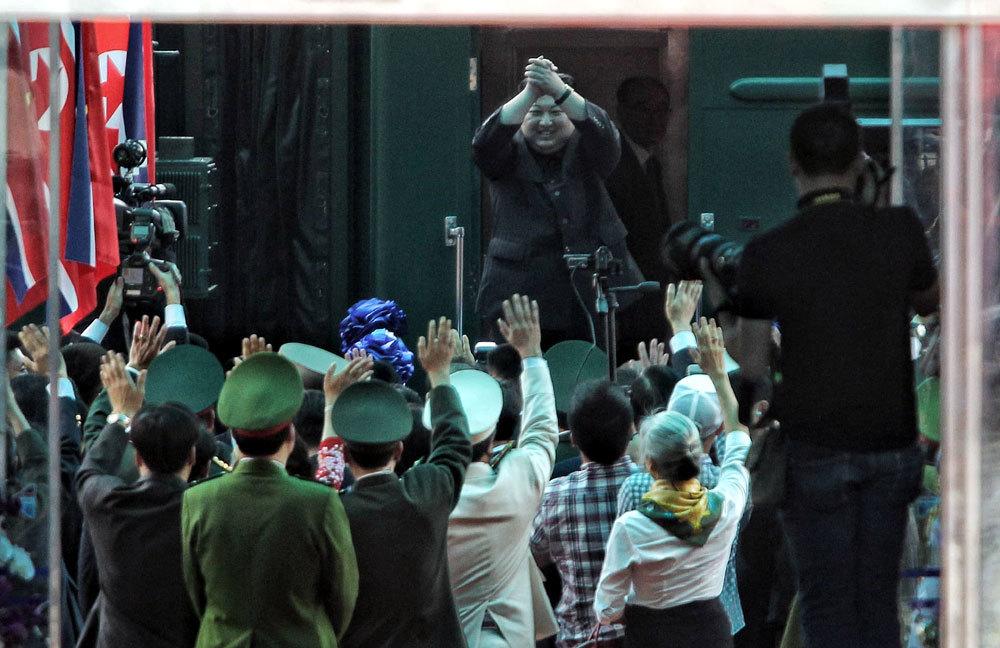 Ông Kim Jong-un vẫy chào người dân, lên tàu về nước-9