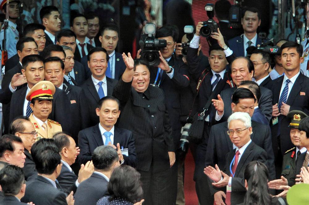 Ông Kim Jong-un vẫy chào người dân, lên tàu về nước-3