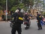 Hành động đẹp: CSGT dùng xe đặc chủng chở 2 mẹ con đi cấp cứu khi quốc lộ 1 bị cấm đường-3
