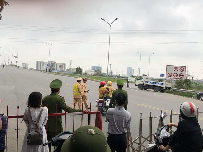 Hành động đẹp: CSGT dùng xe đặc chủng chở 2 mẹ con đi cấp cứu khi quốc lộ 1 bị cấm đường-1
