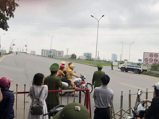 Hành động đẹp: CSGT dùng xe đặc chủng chở 2 mẹ con đi cấp cứu khi quốc lộ 1 bị cấm đường-2