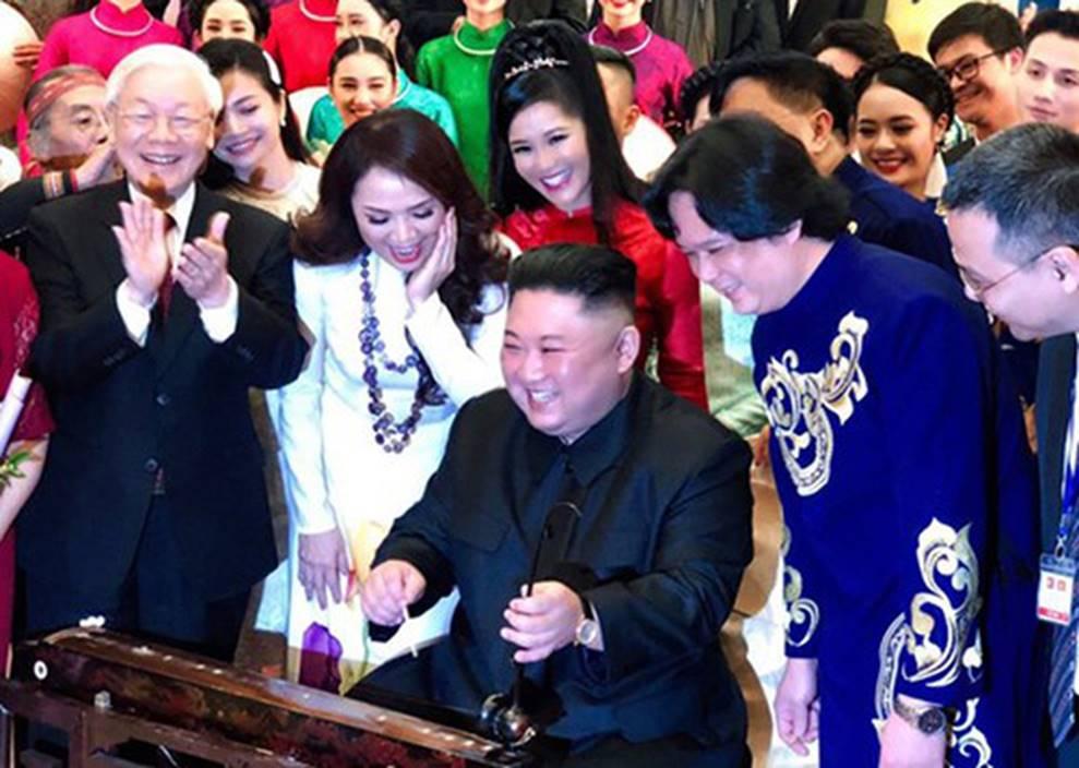 Hình ảnh bình dị của các nguyên thủ quốc gia trong chuyến công du đến Việt Nam: Chơi đàn bầu, ăn bún chả, uống cà phê vỉa hè-1