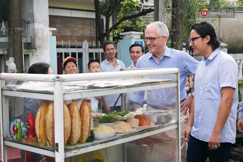 Hình ảnh bình dị của các nguyên thủ quốc gia trong chuyến công du đến Việt Nam: Chơi đàn bầu, ăn bún chả, uống cà phê vỉa hè-3