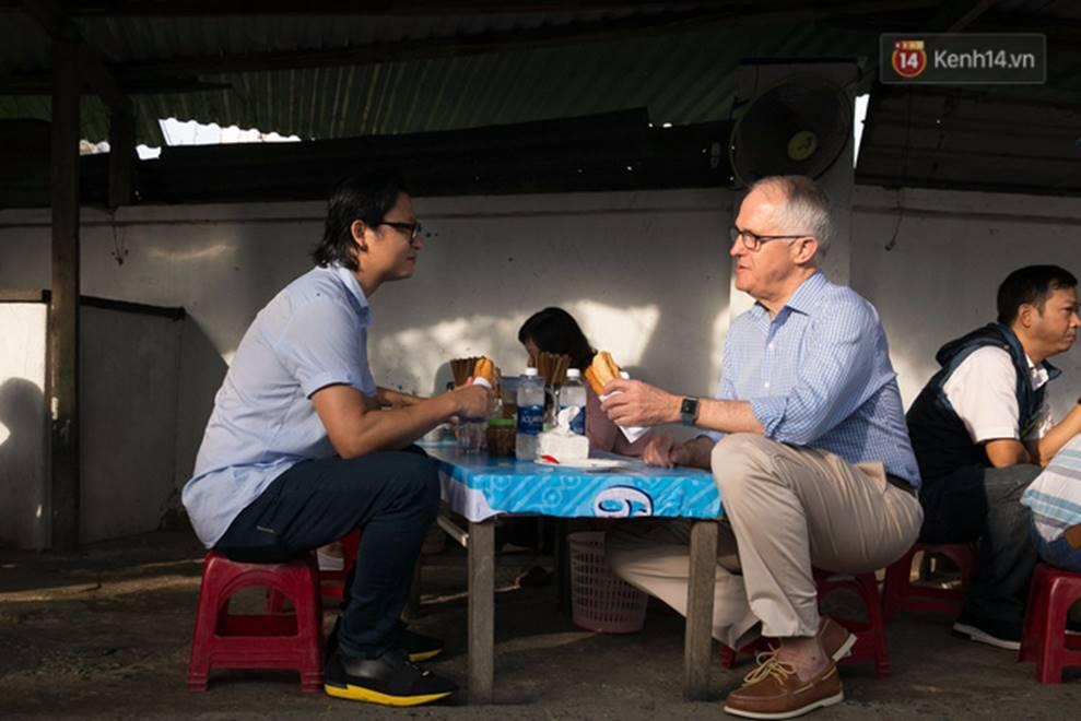 Hình ảnh bình dị của các nguyên thủ quốc gia trong chuyến công du đến Việt Nam: Chơi đàn bầu, ăn bún chả, uống cà phê vỉa hè-4