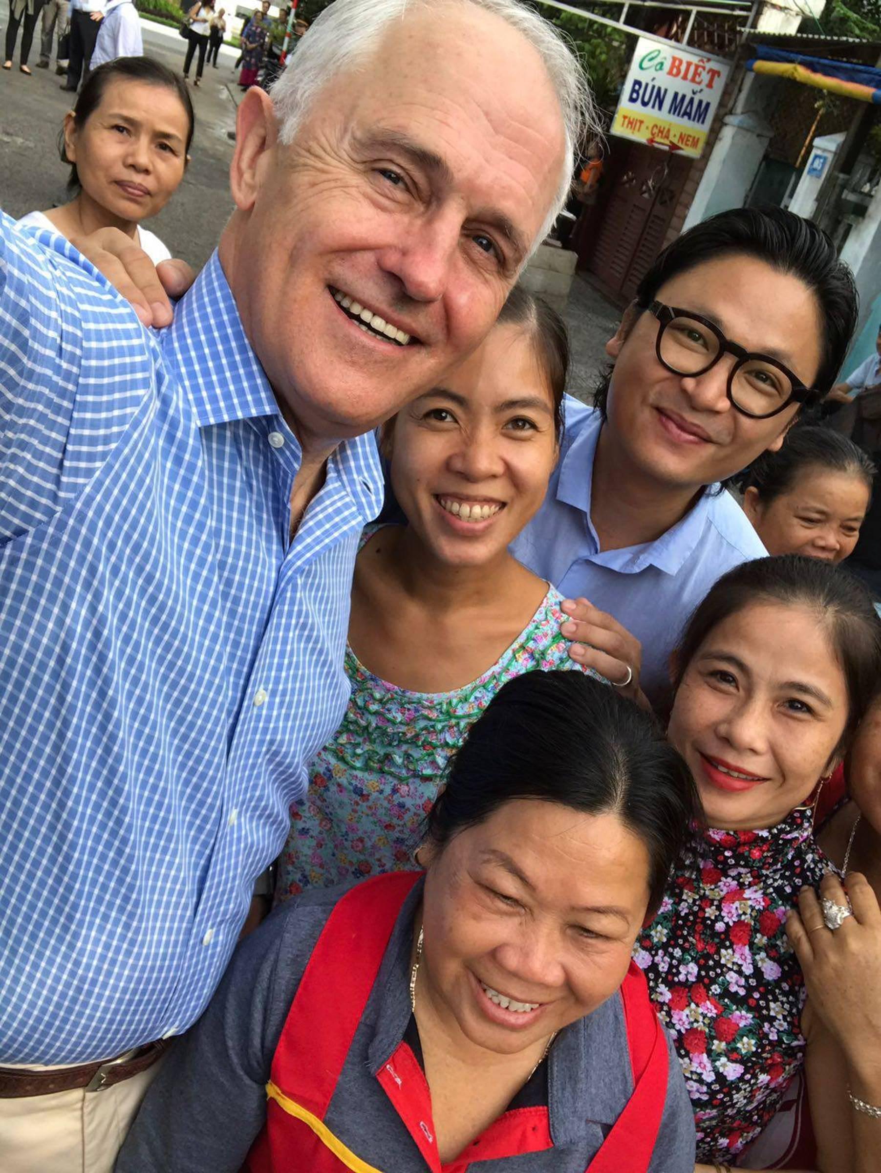 Hình ảnh bình dị của các nguyên thủ quốc gia trong chuyến công du đến Việt Nam: Chơi đàn bầu, ăn bún chả, uống cà phê vỉa hè-5