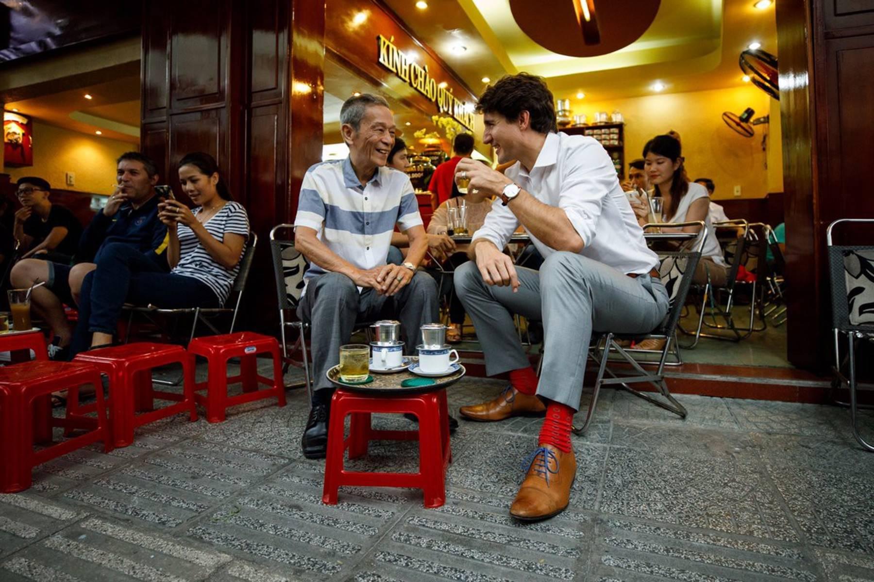 Hình ảnh bình dị của các nguyên thủ quốc gia trong chuyến công du đến Việt Nam: Chơi đàn bầu, ăn bún chả, uống cà phê vỉa hè-6