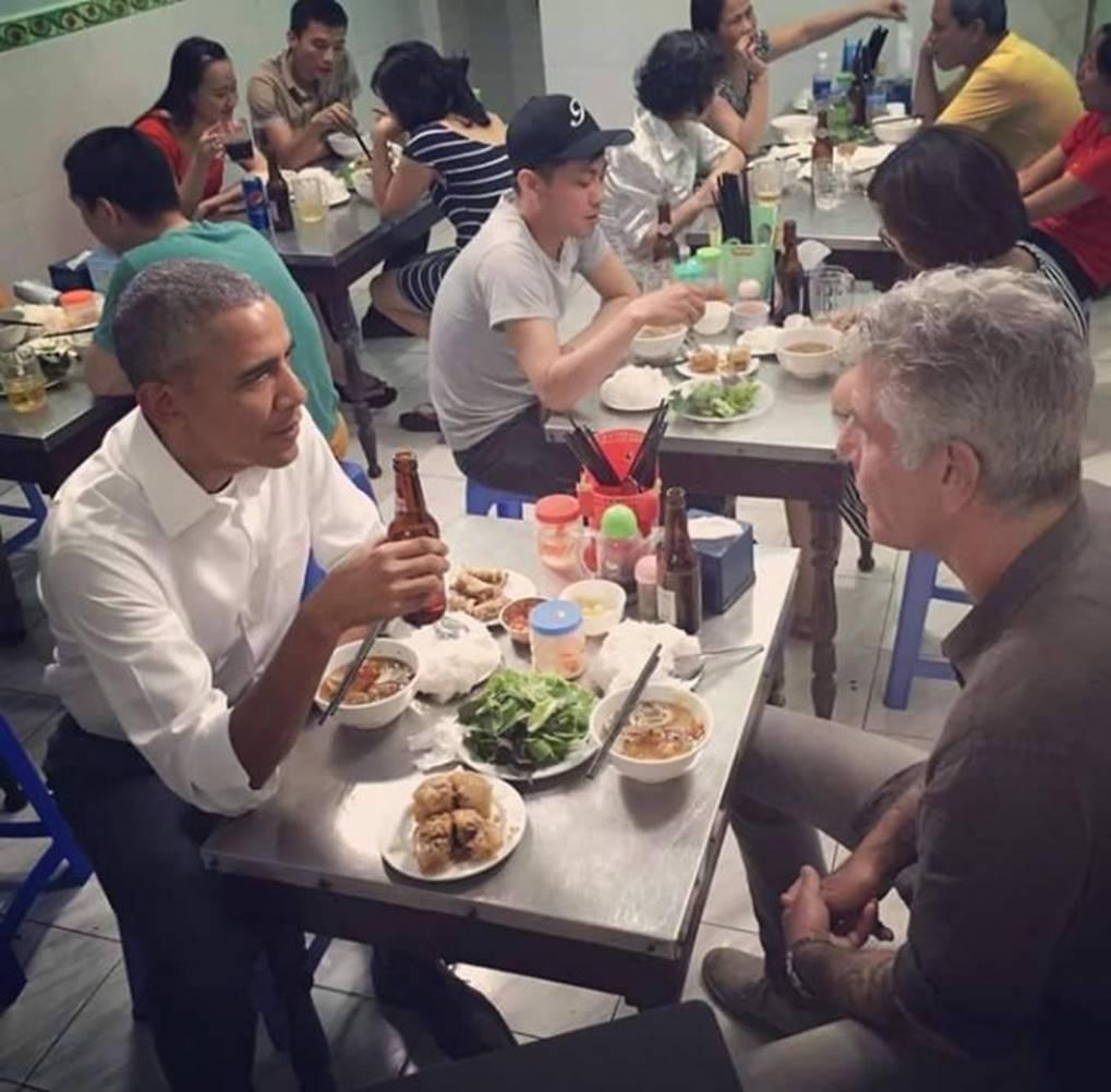 Hình ảnh bình dị của các nguyên thủ quốc gia trong chuyến công du đến Việt Nam: Chơi đàn bầu, ăn bún chả, uống cà phê vỉa hè-8