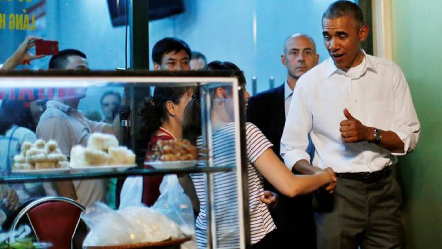 Hình ảnh bình dị của các nguyên thủ quốc gia trong chuyến công du đến Việt Nam: Chơi đàn bầu, ăn bún chả, uống cà phê vỉa hè-9