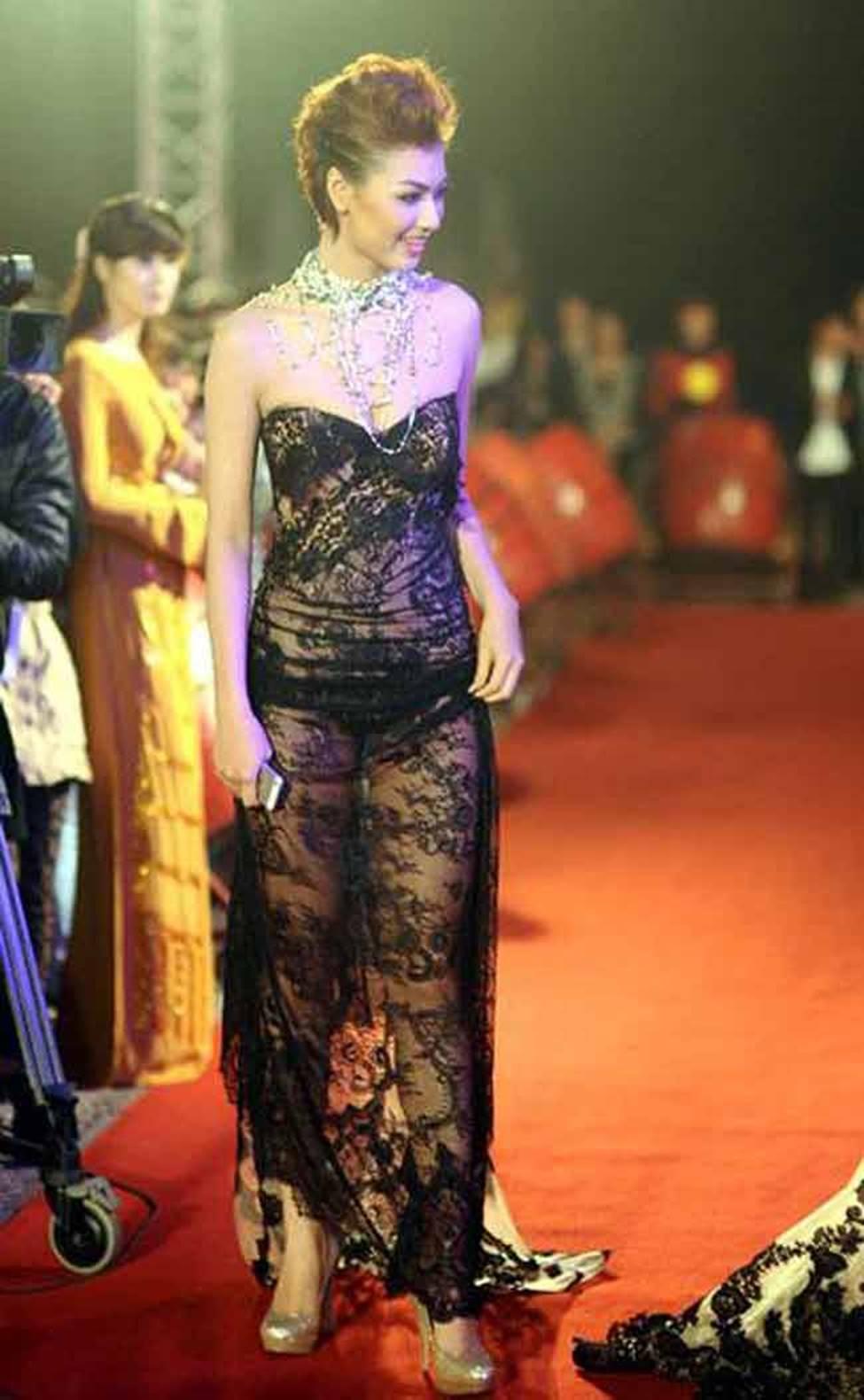 Sau khi trở lại, Hồng Quế vẫn liên tiếp gây ồn ào với cách ăn mặc gái hư-9