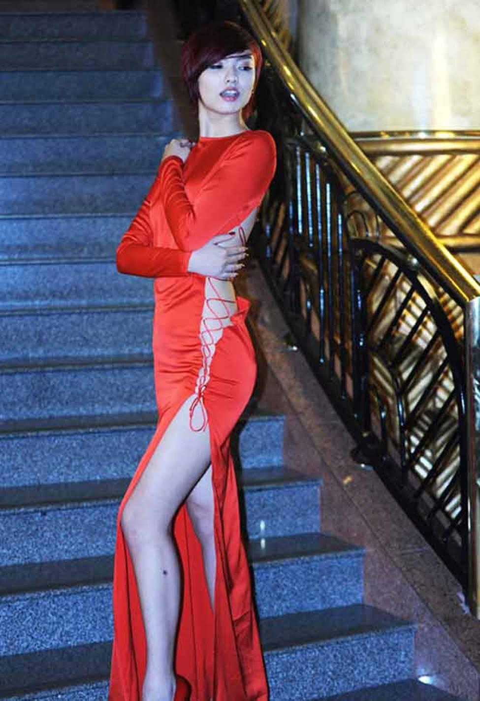 Sau khi trở lại, Hồng Quế vẫn liên tiếp gây ồn ào với cách ăn mặc gái hư-10