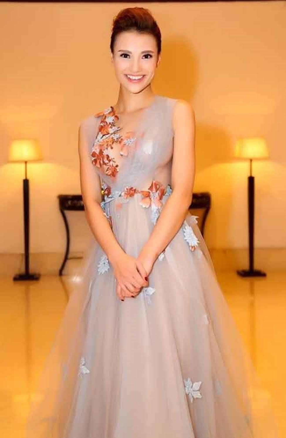 Sau khi trở lại, Hồng Quế vẫn liên tiếp gây ồn ào với cách ăn mặc gái hư-12
