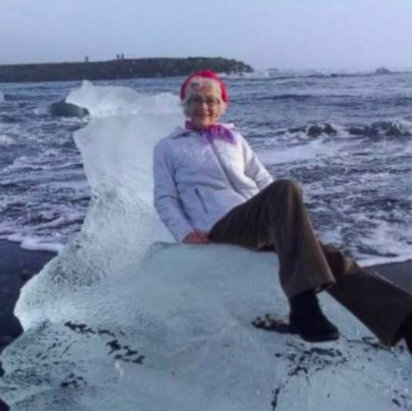 Ngồi trên tảng băng chụp tự sướng kiểu nữ hoàng băng giá, cụ bà bị sóng đánh dạt ra biển-1