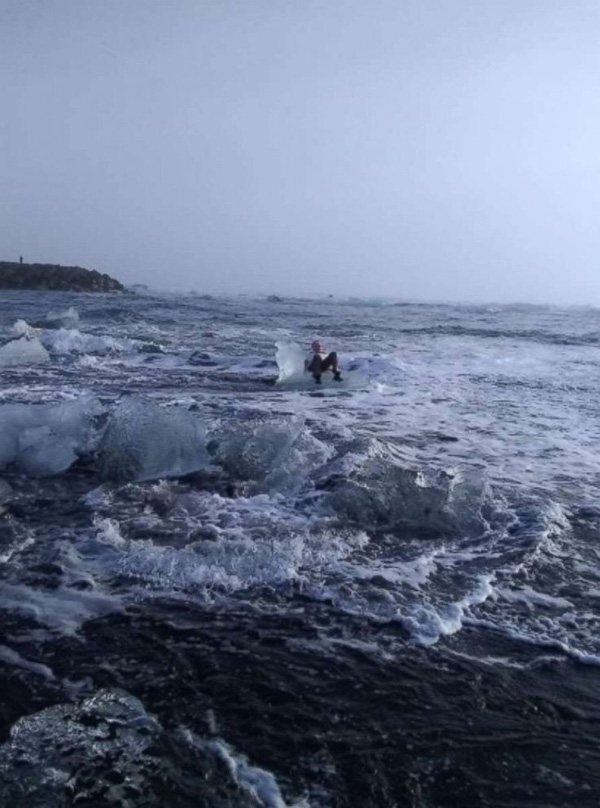 Ngồi trên tảng băng chụp tự sướng kiểu nữ hoàng băng giá, cụ bà bị sóng đánh dạt ra biển-2
