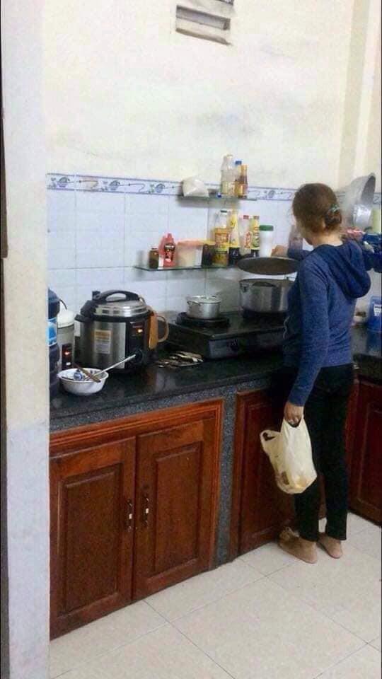 Đang nấu cơm trong bếp, người phụ nữ khóc thét lao ra ngoài khi mở nắp vung nồi ra-1