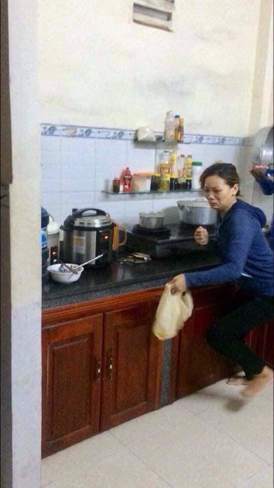 Đang nấu cơm trong bếp, người phụ nữ khóc thét lao ra ngoài khi mở nắp vung nồi ra-2