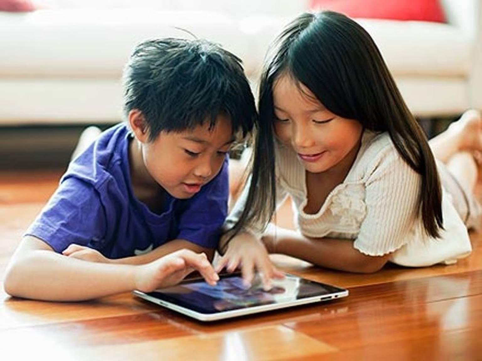 Trẻ suốt ngày dán mắt lên thiết bị thông minh thực ra không xấu như bạn nghĩ-1