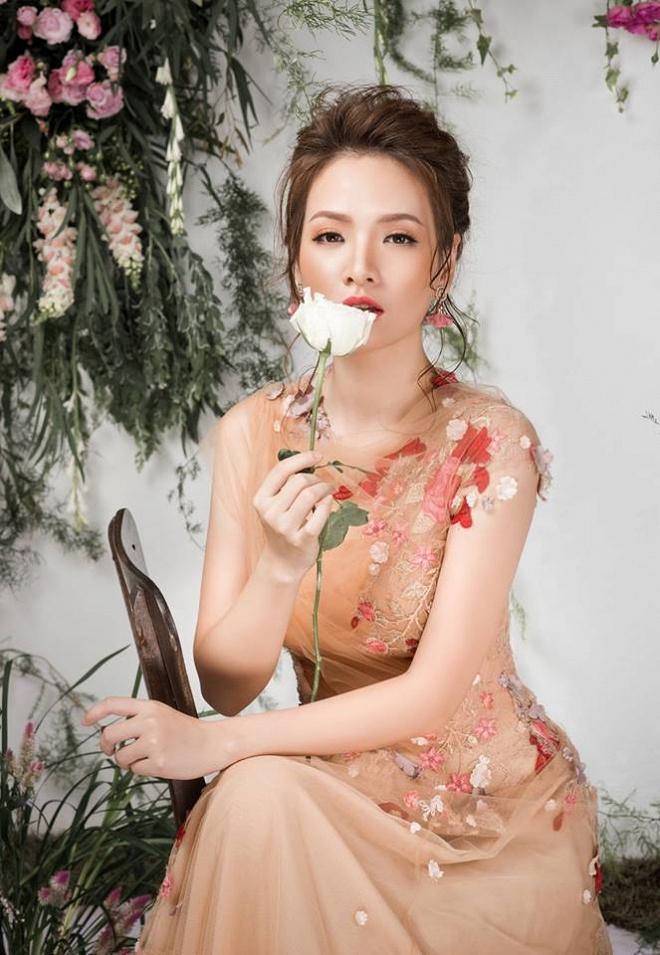 Bà mẹ 2 con Đan Lê đẹp như nữ thần với váy ren thêu hoa-2