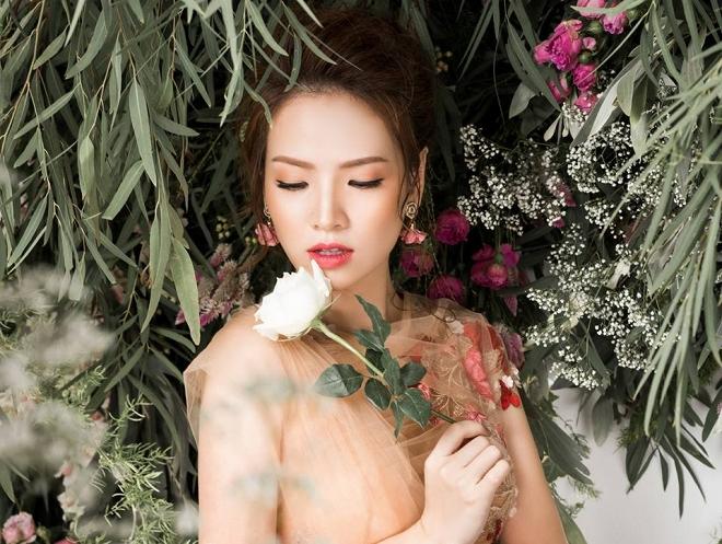 Bà mẹ 2 con Đan Lê đẹp như nữ thần với váy ren thêu hoa-3