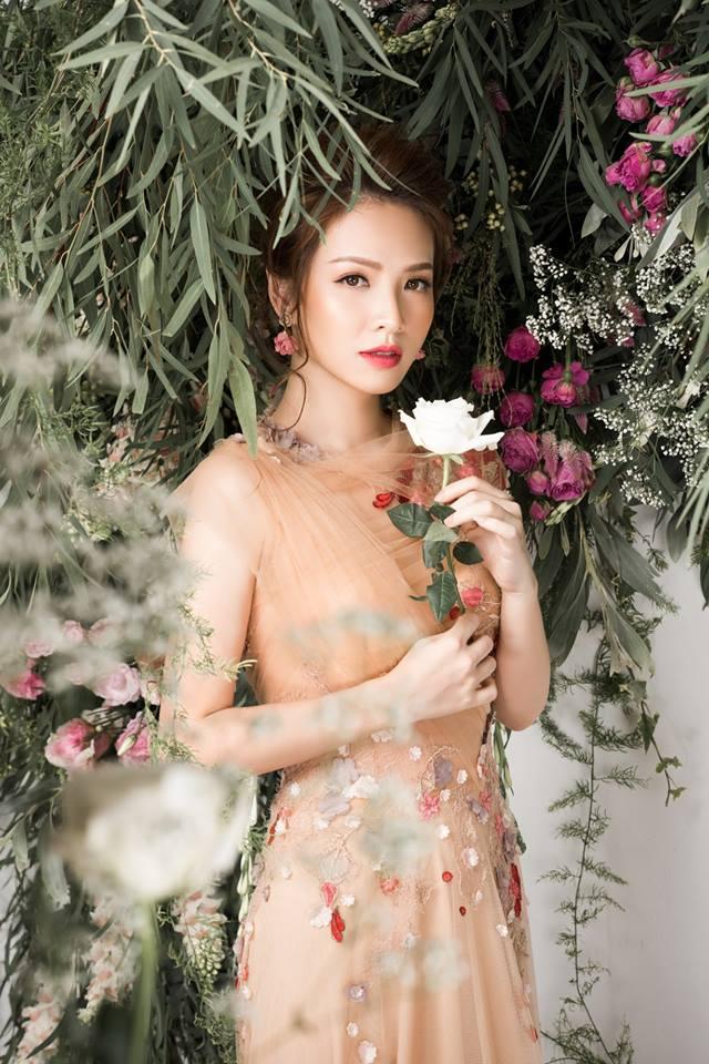 Bà mẹ 2 con Đan Lê đẹp như nữ thần với váy ren thêu hoa-4