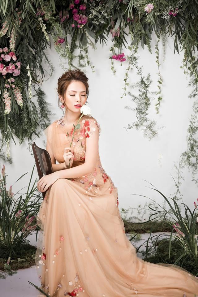 Bà mẹ 2 con Đan Lê đẹp như nữ thần với váy ren thêu hoa-5