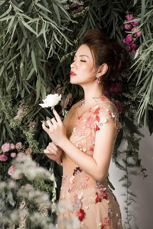 Bà mẹ 2 con Đan Lê đẹp như nữ thần với váy ren thêu hoa-8